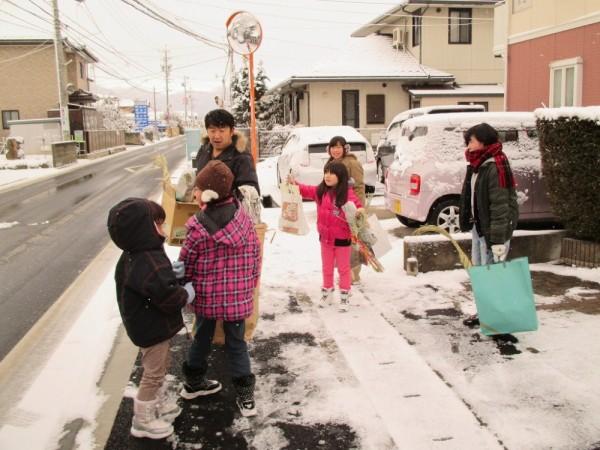 雪の残る朝早くから、松飾やダルマなどが集められます。