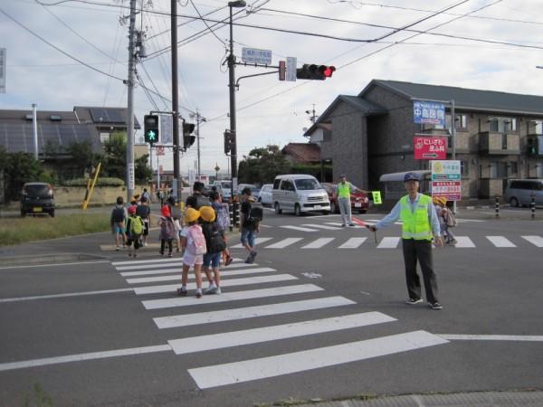 秋の交通安全も始まりました。小学校交差点での安全見守り