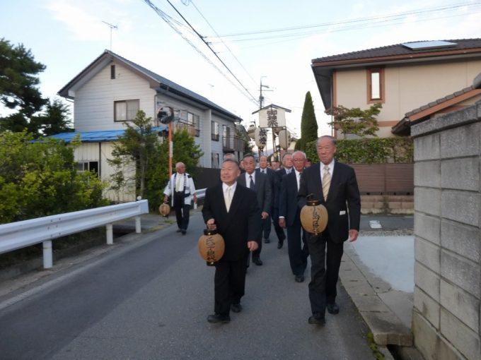 PM5:35花火の合図と共に小島区公会堂を出発