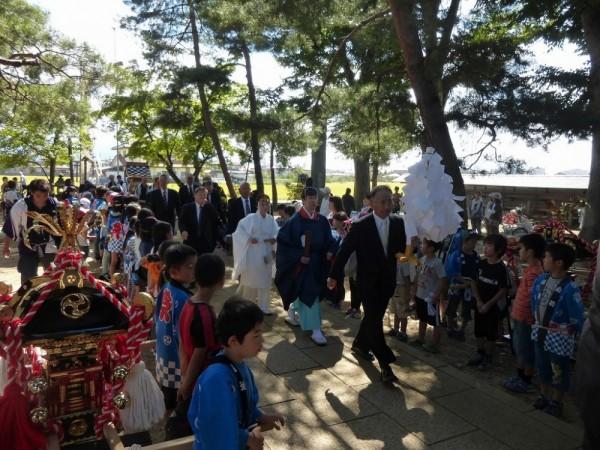 子供神輿、区民に迎えられ境内に入りました。