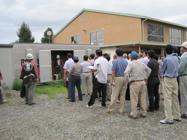 柳原小学校に設置されている防災備蓄倉庫の見学