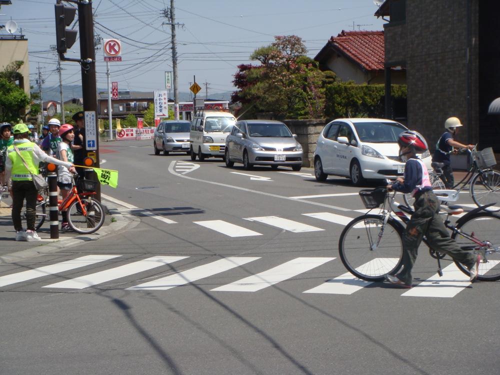 交差点では自転車から降ります