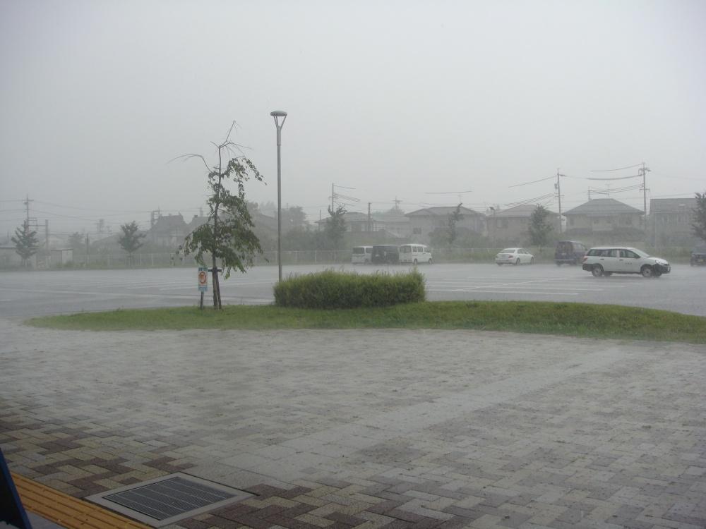 あっという間に駐車場は、一面の水