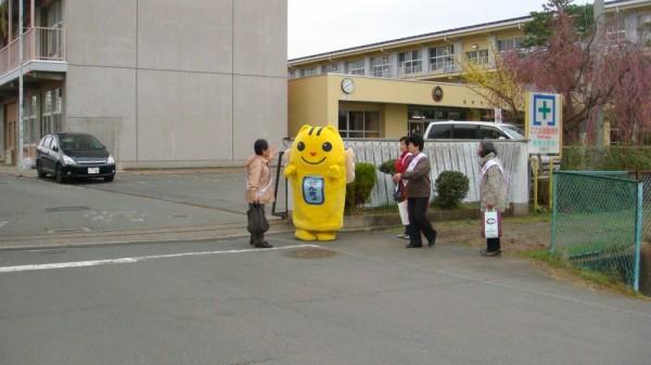 柳原小学校 校門前に「めいすいくん」が立ってるよ