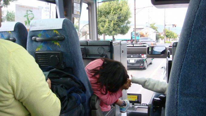 帰りのバス ちょっと渋滞気味で子どもたちは飽きてきちゃったかな