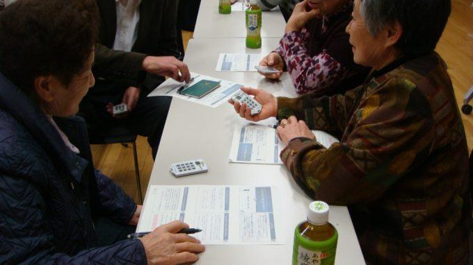 参加者が手に持っているのはレスポンスカード。その場で意見が集約できるものです
