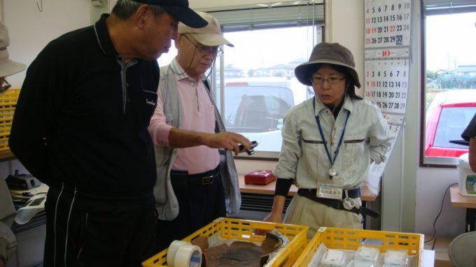出土した土器などについて説明してもらっています。参加したみなさんがいろいろと質問します。興味深々、なかなか熱心に・・・・・