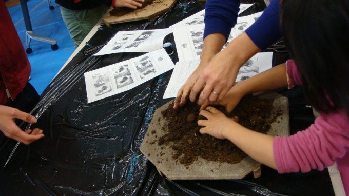園芸用土とけと土をよく混ぜます。