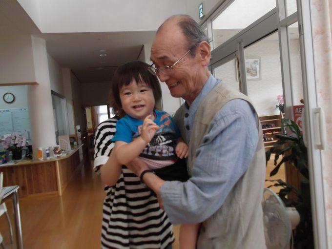 1歳のYちゃんに参加者の笑顔がほころびました 最高!