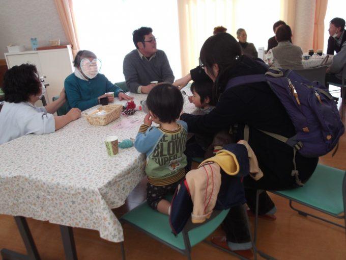 のぼり旗を見て「何のカフェですか?」小さなお子さんとお母さんが参加