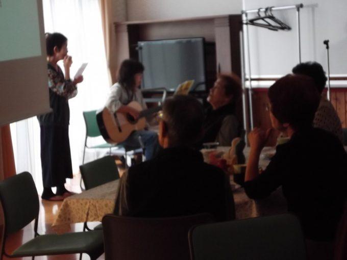 介護者のKさん いつも趣味御ハーモニカを吹いて伴奏をしてくれます