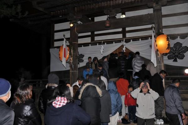 大晦日の11時30分を過ぎた頃から訪れた参拝者は、元旦の0時を過ぎたあたりからピークに達し、順番待ちとなりました。