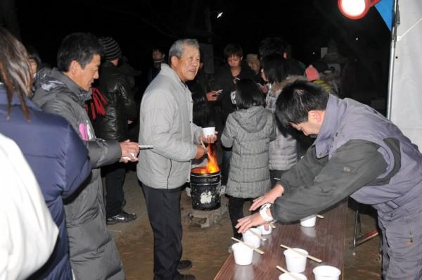 また神社庭では、初詣恒例の「おしるこ」が小島お祭り愛好会(Koala)に よって振る舞われ、参拝した人たちも大喜びした。