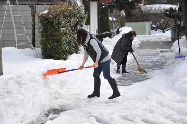 雪をかく住民