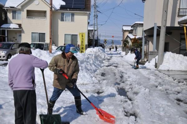 市道から入った道路 高く積まれた雪 まだまだ残る雪