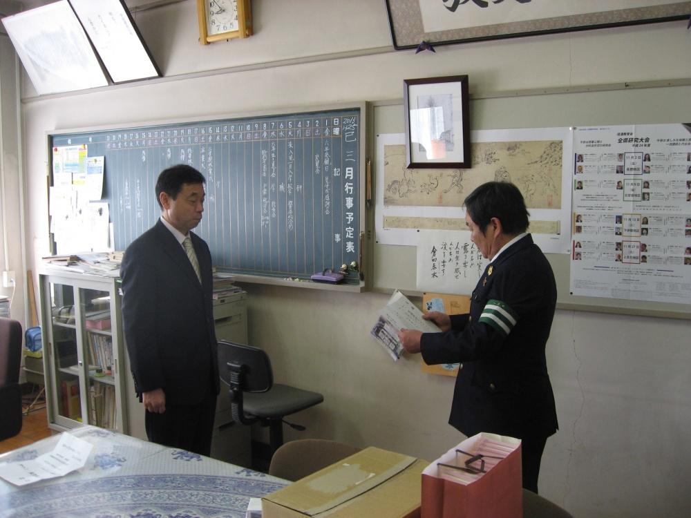 目録をよむ 交通安全協会柳原支部長 金井さん