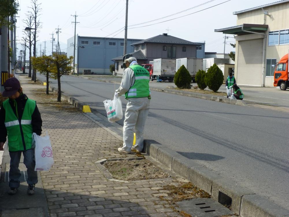 「春のクリーンデー」のようす 毎年3月みんなで地区内のゴミ拾いをしています