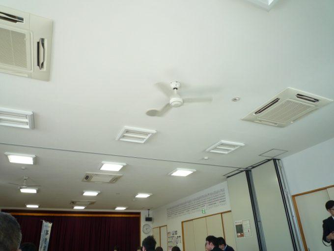 天井にはファンがついていました