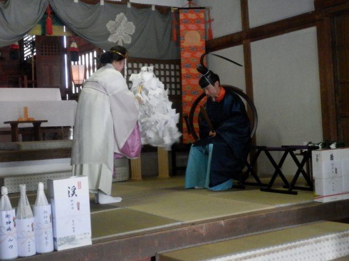 宮司さんによる祭事の場面