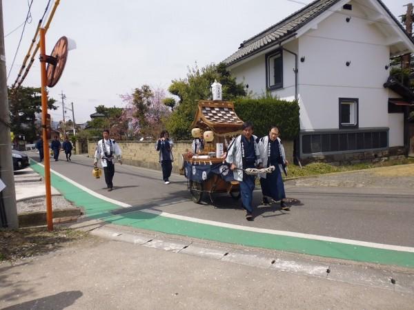 翌日20日の午前、朝から神楽は区内を各家々を廻りました。