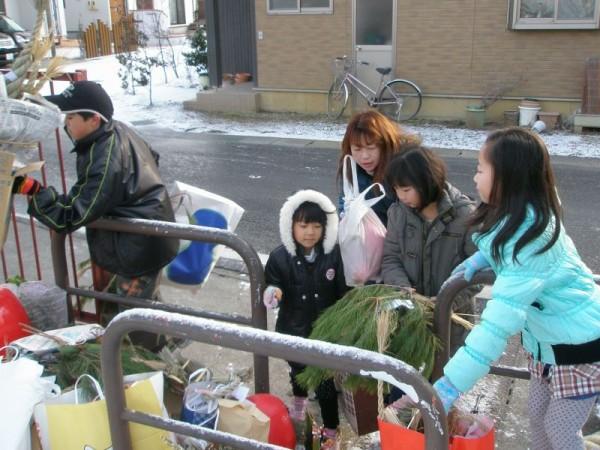朝早くから松飾やダルマなどが集められます。今朝は特に寒かったから、たいへんだったね。