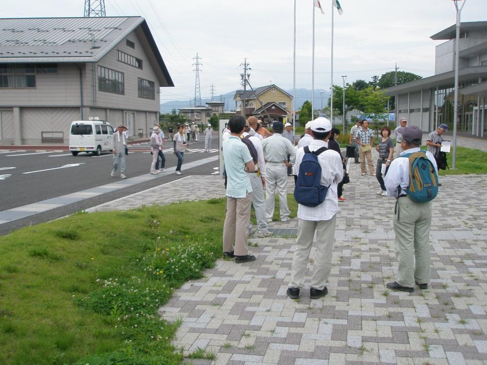 区長さんの指示に従い、参加者はそれぞれの一時避難場所から、一次避難場所の市民センターまで移動です。