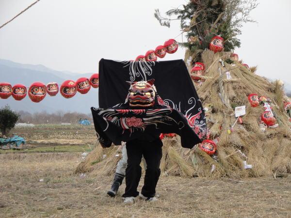 夕方、布野区保存会の獅子舞を奉納して点火します