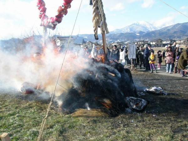 強い風にあおられて、火は盛大に燃え上がります。