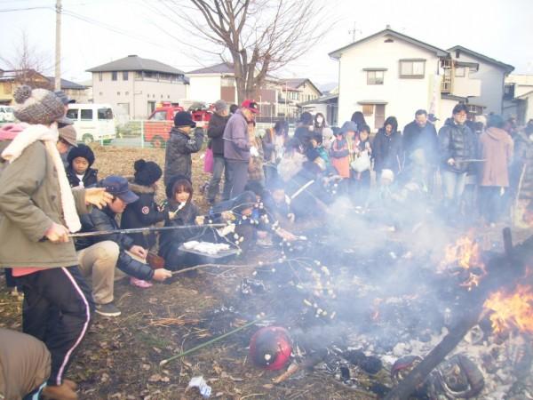 焼けたかな、残り火がまだ熱い中、おもちや繭玉焼きに夢中です。