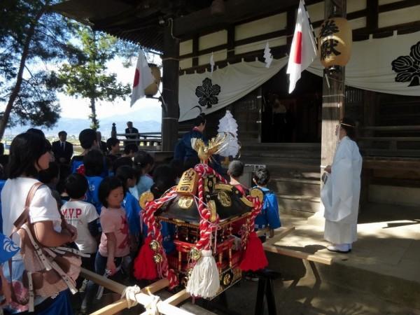神社本殿に区民の皆さんと共に参拝。のち伊勢社の参拝を行い、祭事を終了しました。