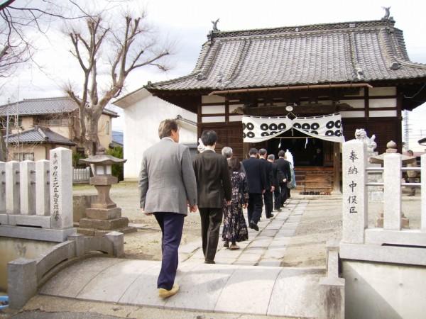 氏子総代主任を先頭にして、祭事に神社へ向かう