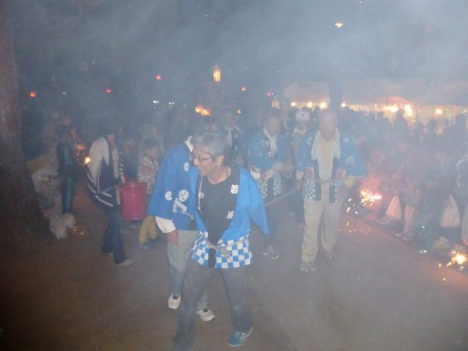 神社境内で、区民の花火に迎えられてのお神楽入場