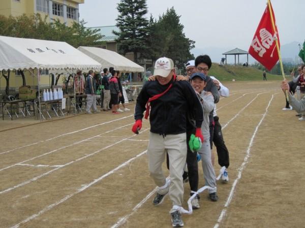 チームワークが成績のカギを握る「むかで競走」ですが…