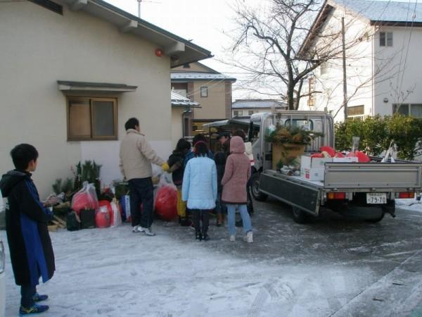 たくさん集まりますから、大きなトラックに載せて運びます。