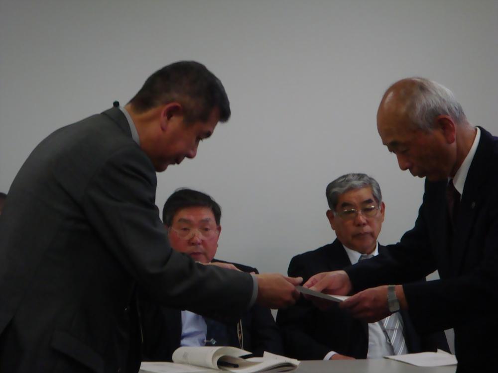 市長メッセージの伝達 宮澤支所長から原田区長へ