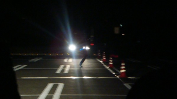 横断者がいます 対向車のライトで上半身は全く見えません