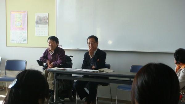 共に暮らすまちづくり研究会の藤倉さんと新井さん(電動車いす使用)