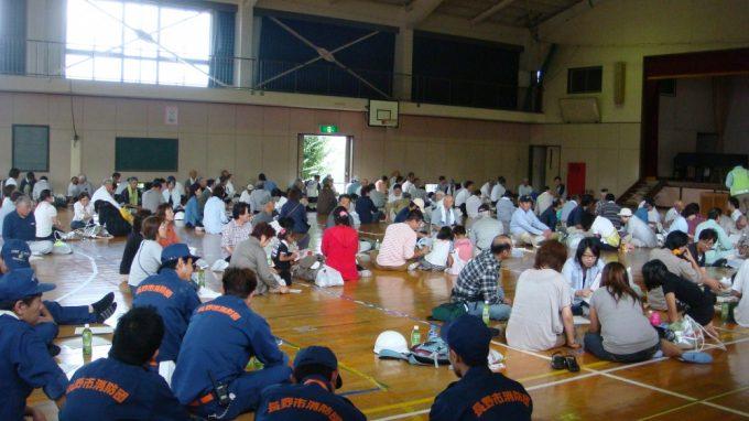 柳原小学校体育館に避難、災害クロスロードという訓練に参加した住民