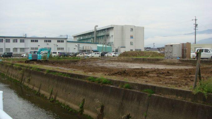 現在、重機が入っている北八幡川の南側 次回10月には、ここの発掘作業を見学する予定です