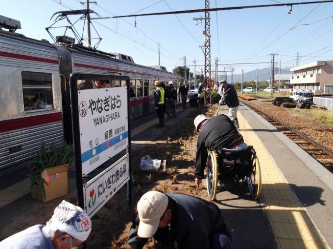 電車を利用する人たちは作業の様子をじっと見ていました