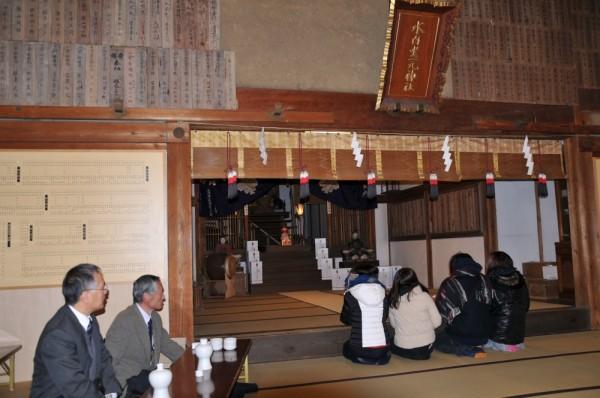 拝殿で参拝者は、それぞれの思いや願いを祈願しました。