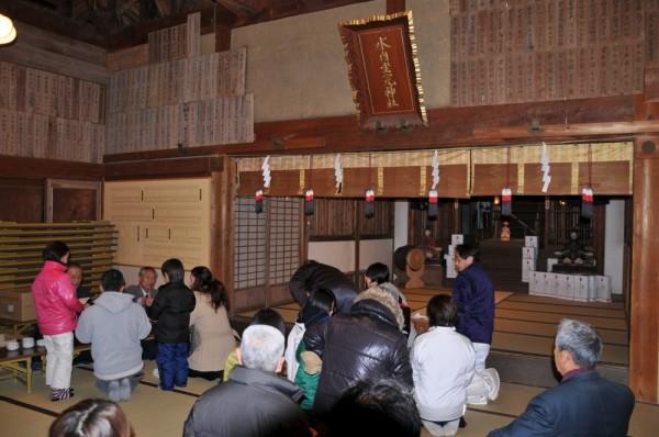 祈願を終えた参拝者は、用意されたお神酒と福寿豆をいただきました