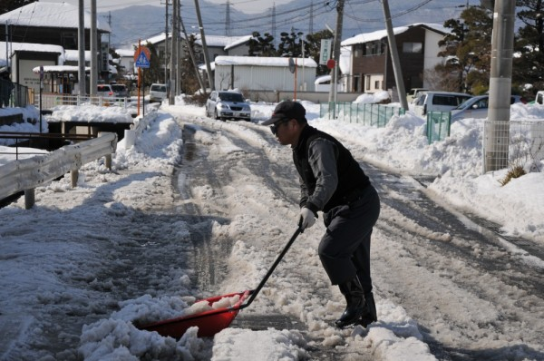 市道の雪を片づける