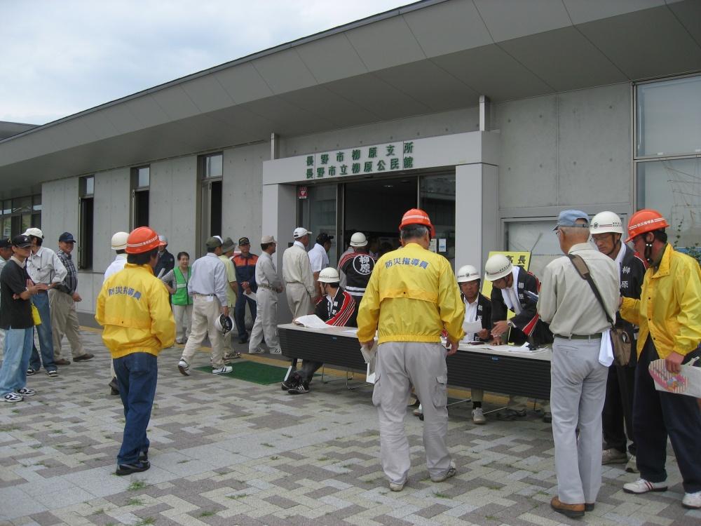 防災指導員は本部前で常会長からの報告を受けます