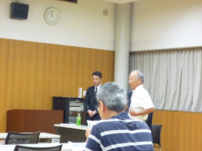 桐原安楽院 飯嶌館長にお礼を述べるまちづくり計画推進員会の松田委員