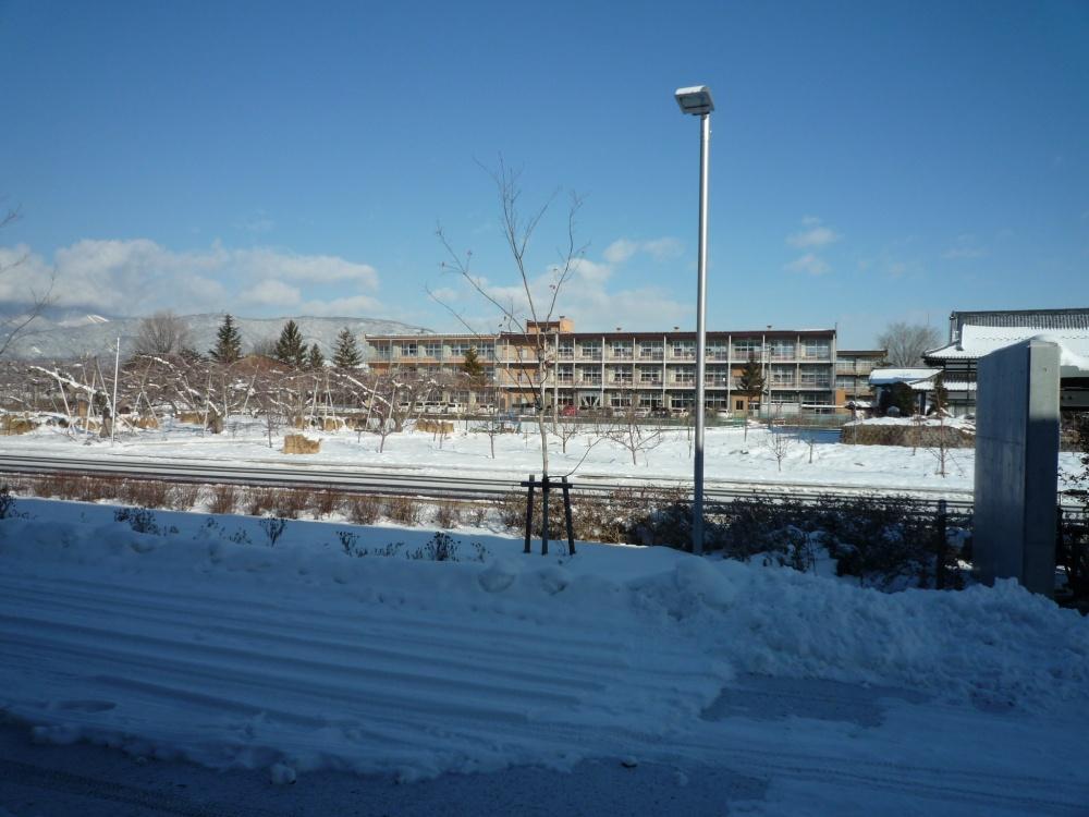 自治協事務局の窓から見える 柳原小学校