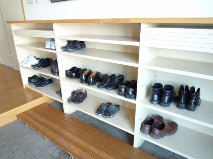 玄関 靴箱 今日は何人来ているかな?