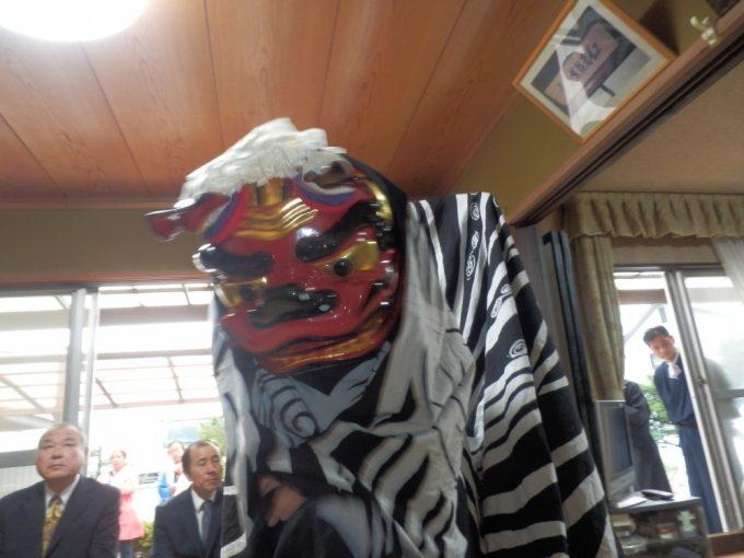 氏子総代宅での獅子舞。迫力がありますね