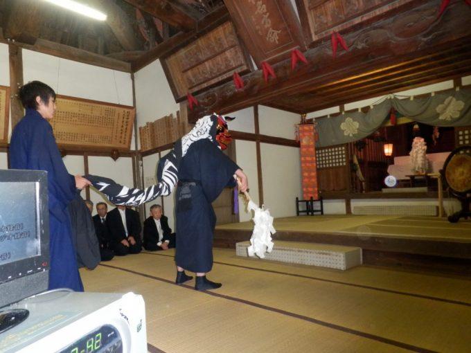 神殿内での獅子舞