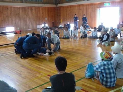 毛布担架の訓練 毛布の活用、担架作り